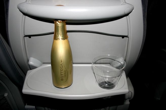 Bäst att öppna flaskan med det mousserade vinet redan på vägen upp till Liminka. Tänk om vi hade förlorat! Men nu gjorde vi inte det...