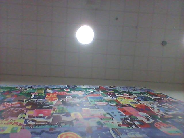 Väggen bakom mig och lampan i taket.