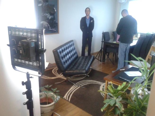 Möbler flyttas och lampor riggas upp.