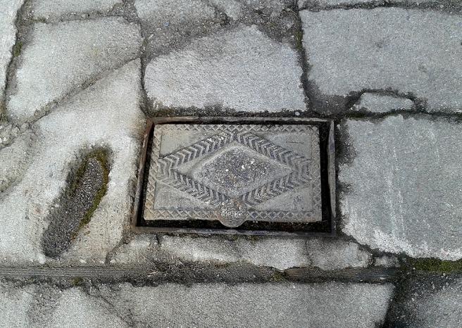 Egentligen är ju inte bara locket i sig intressant utan också trottoaren :-)