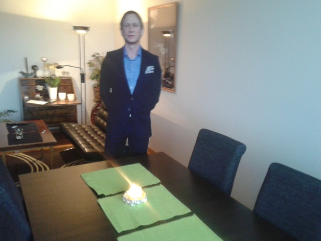 Daniel och jag väntar med spänning på våra gäster.