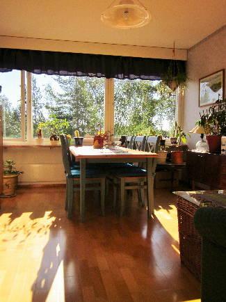 Härligt ljus lägenhet med fönster mot tre väderstreck till salu!