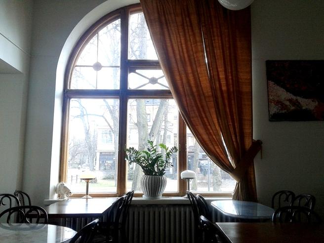 Ett av fönstren i Café Cabriole i Borgå.