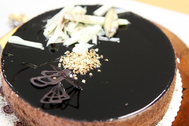 Under glasyren döljer sig en försvinnande god mousse. Kakan var inte alls för söt och mäktig.