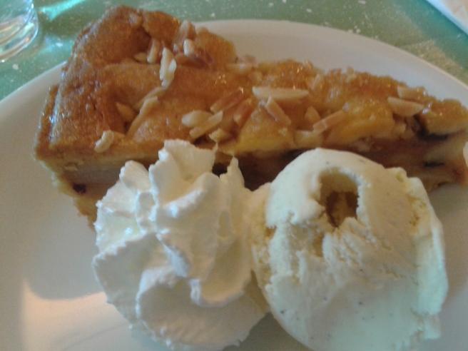 Äppelkaka och glass på ostfabrikens restaurang.