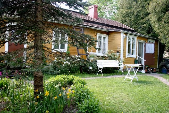 Familjen Engström-Tola har visat huset också på evenemanget Lovisa Historiska hus men nu är det den stora trädgården som är öppen.