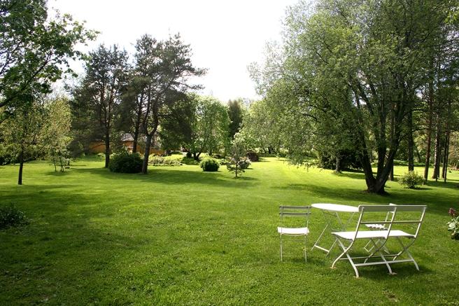 Familjen har förvandlat gården till en stor engelsk park. Att klippa gräset med traktor kräver tre timmar.