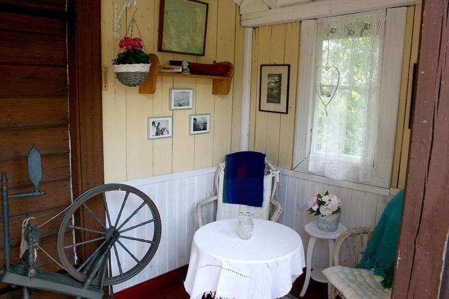 I gårdshuset har Engström-Tola iståndsatt verandan. Där sitter de och njuter av en kopp kaffe eller ett glas vin i kvällssolen.