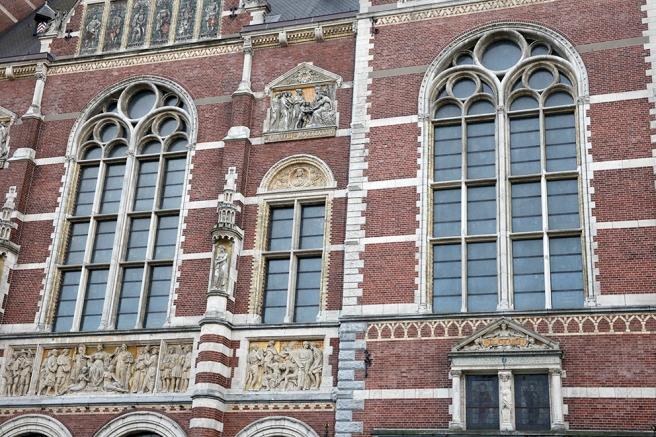 Pampiga stora fönster på Rijksmuseum i Amsterdam.