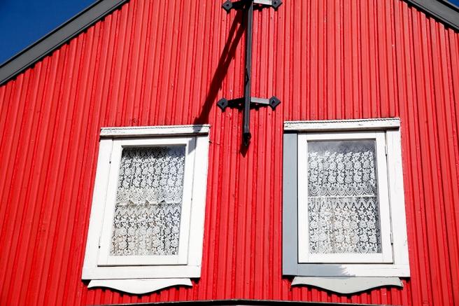Pigg färg på huset och söta små fönster i övre våningen.