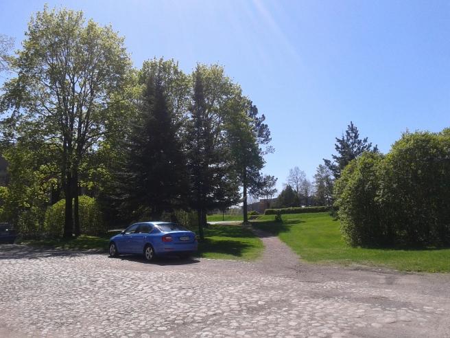 Men vänder jag på klacken och ser mot Bonga slott, också granne med kyrkan, ser det ut så här.