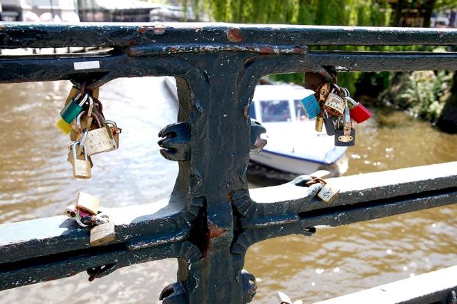 Kärlekslås på bro i Amsterdam.