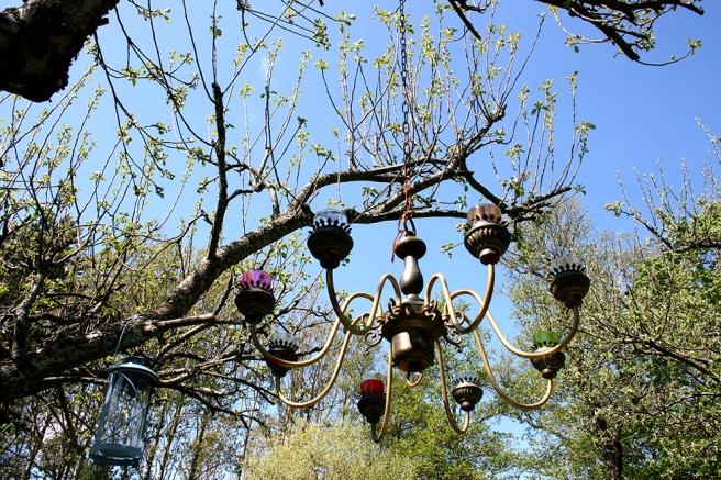 Äppelträdet håller på att få löv. Prydnader i olika storlekar finns både här och där.
