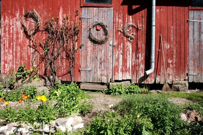 Vackert sliten vägg och dörr och prydnader som pricken på i:et.