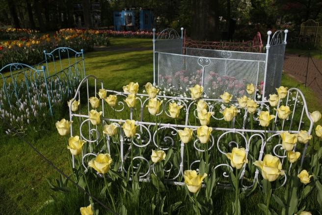 Har du gamla sängar liggande i något förråd? Varför inte göra blomsterbäddar av dem?