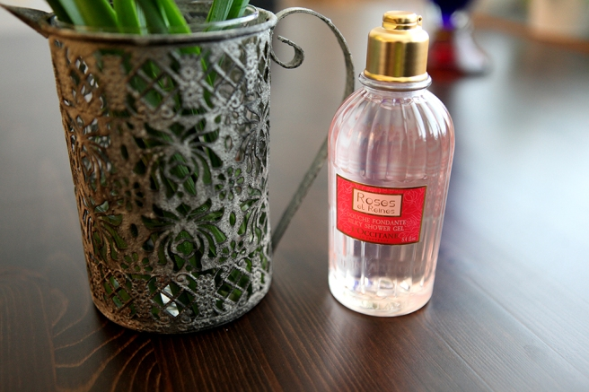 En vacker vas, som också fungerar som ljushållare fick jag av min syster och en lyxig duschkräm av K16-gänget.