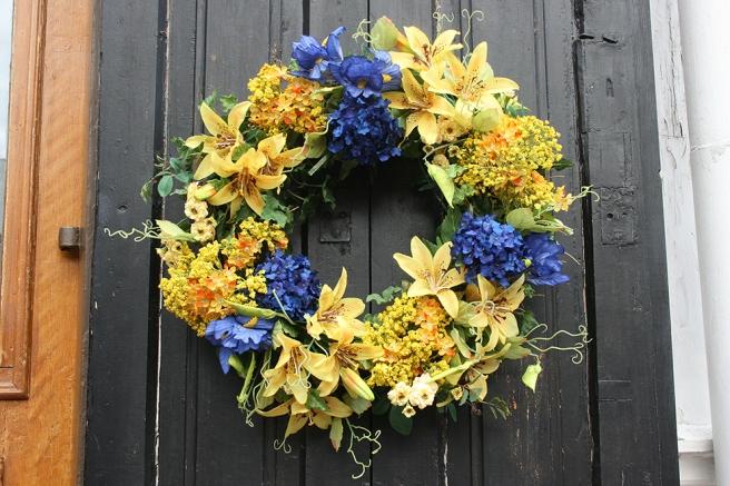 Den här blomsterkransen fanns på en dörr till en av affärerna i gamla stan i Borgå.