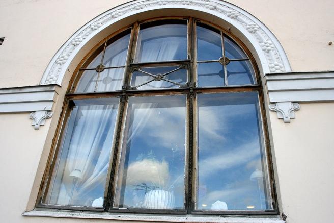 Ett av Cafe Cabrioles fönster i Borgå.