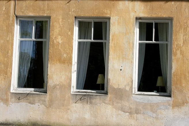 Några av cafeterian Runda Munkens fönster mot gårdssidan.