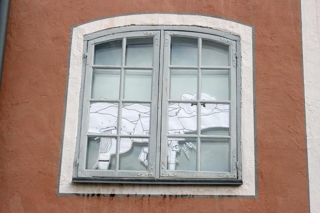 I fönstren på byggnader runt gamla rådhustorget i Borgå fanns det olika papperskonstverk.