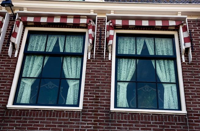 Fler fönster från fiskarbyn Volendam i Nederländerna.