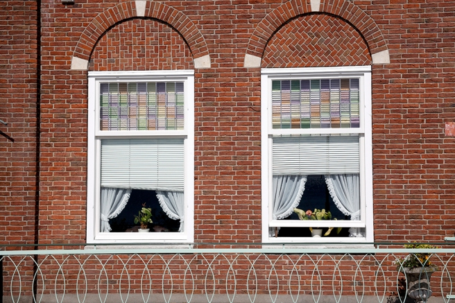 Ytterligare två fönster från fiskarbyn Volendam i Nederländerna.