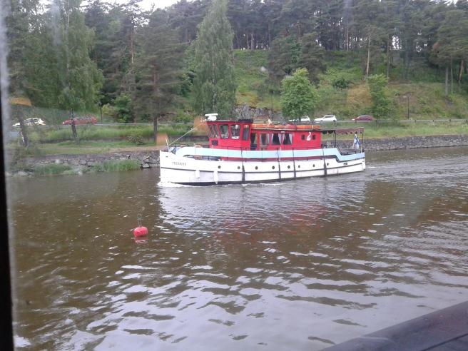 Medan vi åt på restaurang Johans tuffade båten Fredrika förbi.