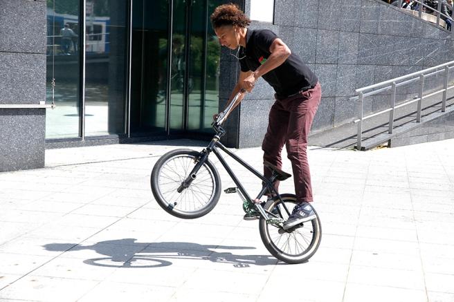 Utanför operan i Amsterdam bongade jag den här cyklisten i mitten av maj.