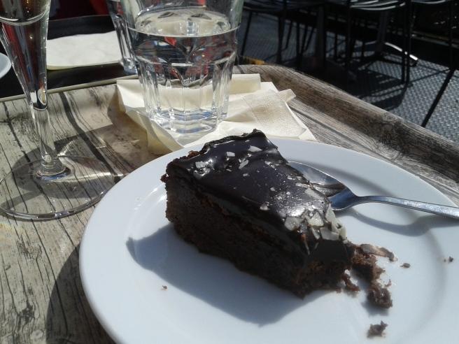 Behöver jag säga att den här chokladkakan var god? På Paahtimo kan man välja mellan en massa olika kaffesorter men jag nöjde mig med skumpa och vatten.