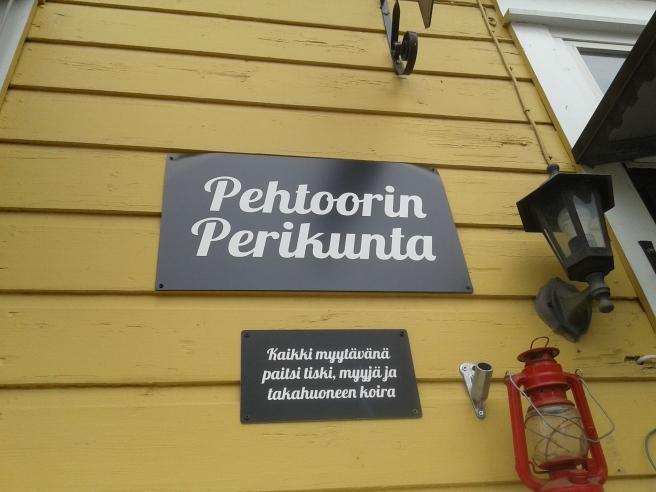 Allt är till salu förutom disken, försäljaren och hunden i bakrummet, står det på den här skylten.