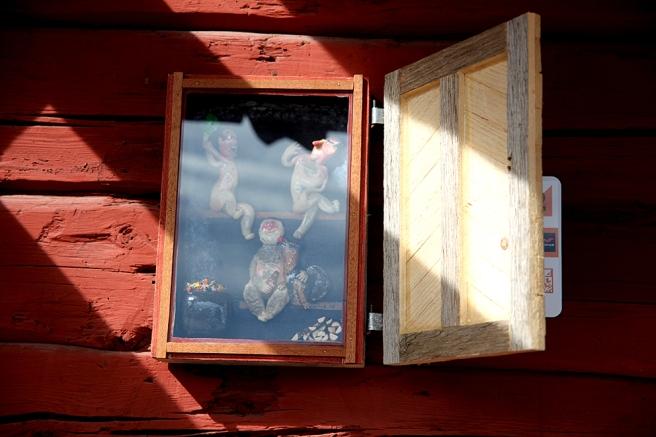 Tre män och en hund på bastulaven bakom småfolkets dörr på Skeppsbron.