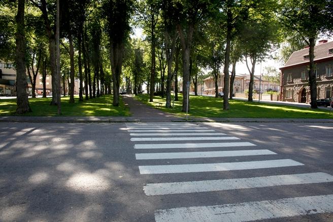 En park som inte  har nåt namn? Polisstationen till höger, restaurang Zilton till vänster. Kallar den Centrumparken.
