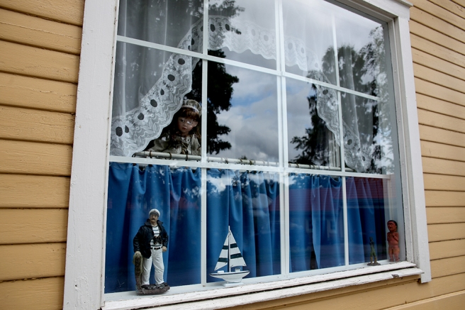 Ett fönster på Drottninggatan i Lovisa.