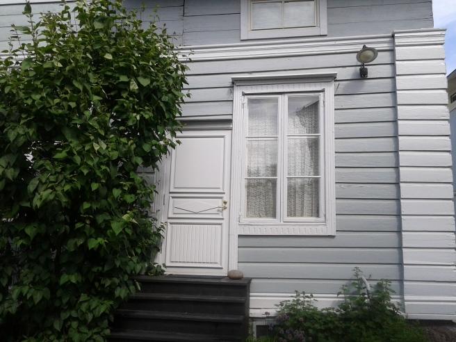 Här gillar jag kombinationen av fönster, dörr och grönska.