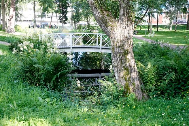 Här kunde ordnas picknicks men oftast är det helt lugnt på gräsmattorna. I bakgrunden ändå något jippo på gång :-)