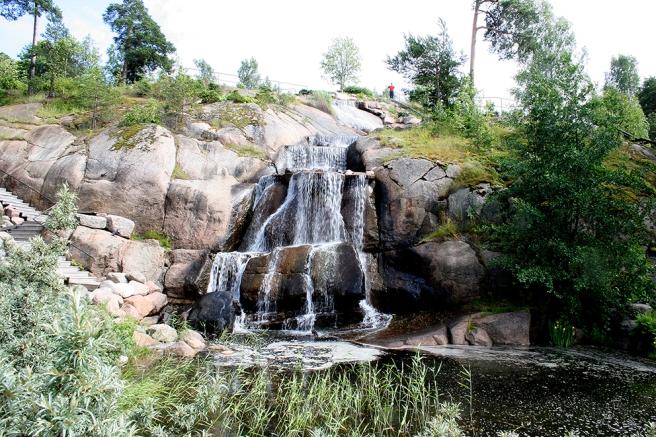 Blickfånget i parken, ett ståtligt vattenfall.