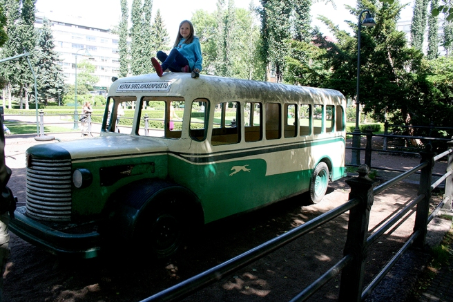 En lekplats för barnen i parken. Bussen skulle gärna få tvättas, annars är den fin.