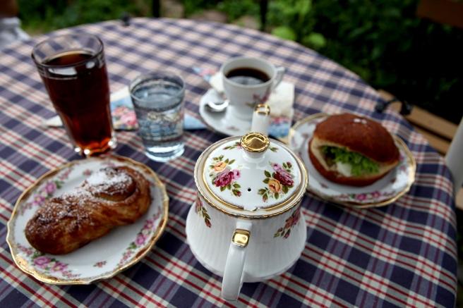 En saltig munk med ägg, tomat, saltgurka, majonnäs, sallad och gurka var en smakupplevelse. Till vänster husets örfil - som är en kanelbulle på finlandssvenska.
