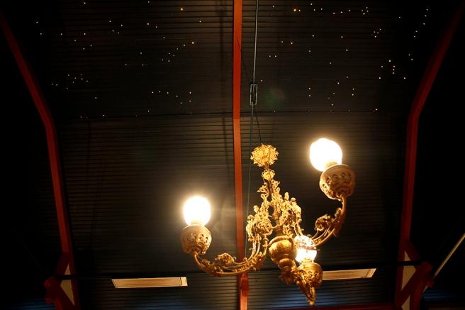 Lite prålig lampa kanske men jag tycker taket är vackert.