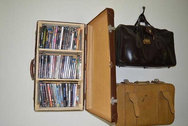 Gamla kappsäckar finns till och med på väggen och används som förvaringsutrymmen.