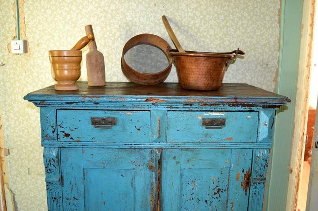 Detaljer i köket. Lägg märke till den härliga väggen med den gamla elledningen.