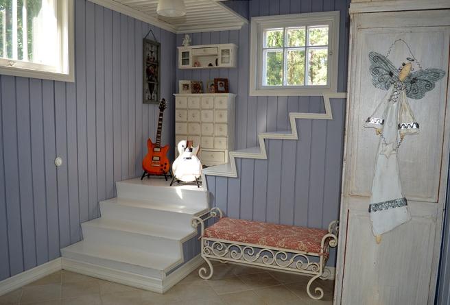 Trapporna till övre våningen har diskret stängts av med hjälp av gitarrer.