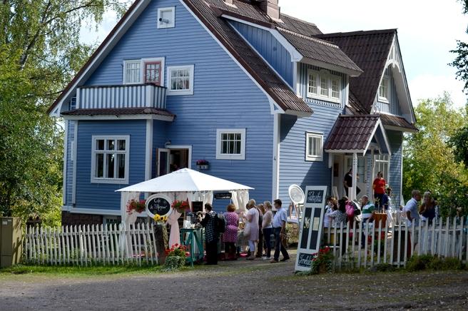 Ett rymligt och välkomnande hus omgiven av vacker åsmiljö. Här har man blåbären alldeles intill husknuten.