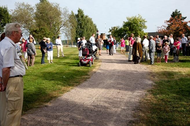Människor börjar samlas i Strand- och Stenparken inför avtäckningsceremonin.
