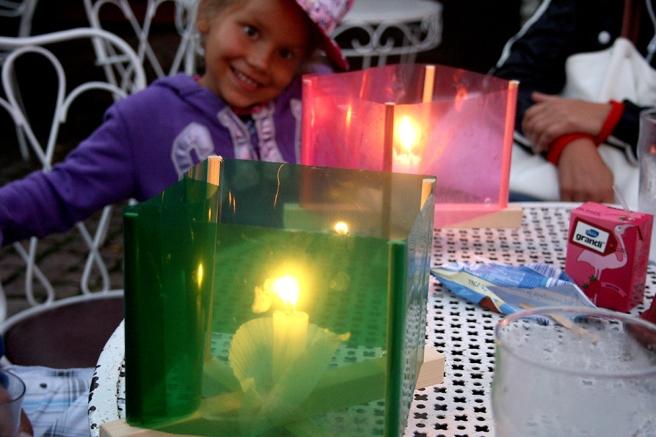 Med tillstånd av de vuxna i sällskapet tog jag den här bilden av en glad tjej och två vackra fredslyktor.