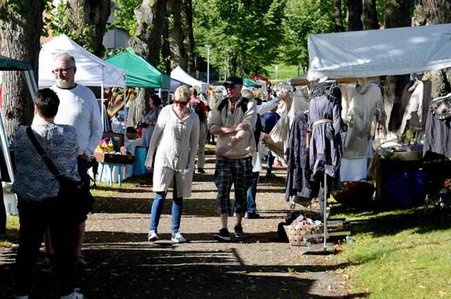 Producenternas och hantverkarnas marknad i Karlskronabulevardens park.