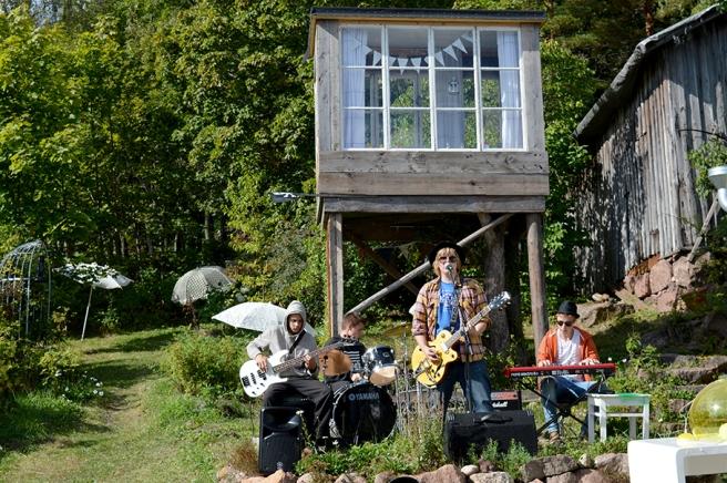 Ungdomsgruppen Voice Crack bjöd på medryckande musik. Kojan/utsiktstornet på gården är nytt.