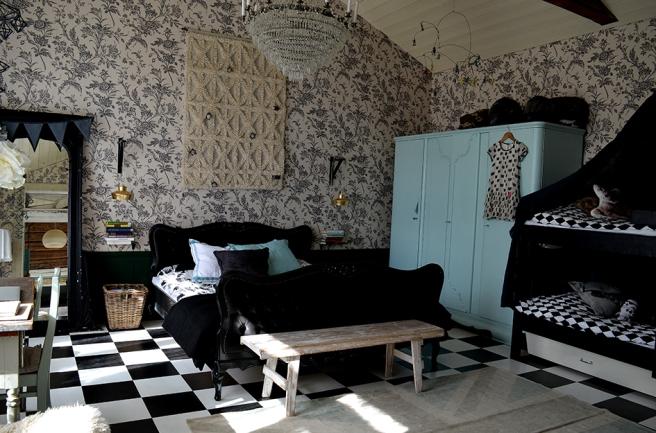 This bedroom rocks! Att det finns stort intresse för hantverk, musik, motorcyklar, färger och tyger syns.