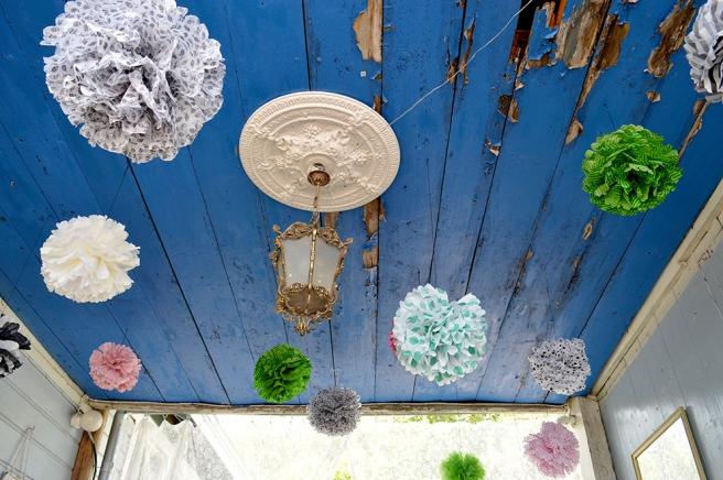 Husägarna hittar alltid på olika sätt att överraska besökarna vid gårdens infartsport. Speglar på väggarna och bollkonstverk i taket.