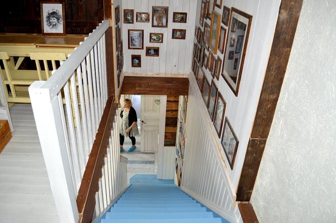 Väggarna i trappuppgången till andra våningen pryds av fotografier.